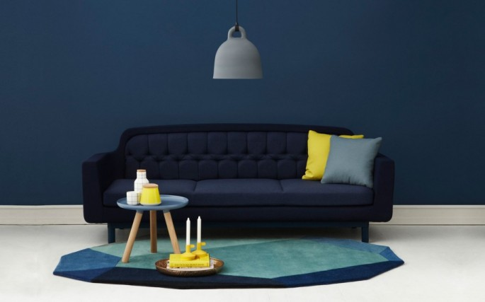 Minimalist-Blue-Interior-Design-Ideas-Navy-Blue-Wall-Dark-Blue-Sofa-Yellow-Grey-Cushions-915x571